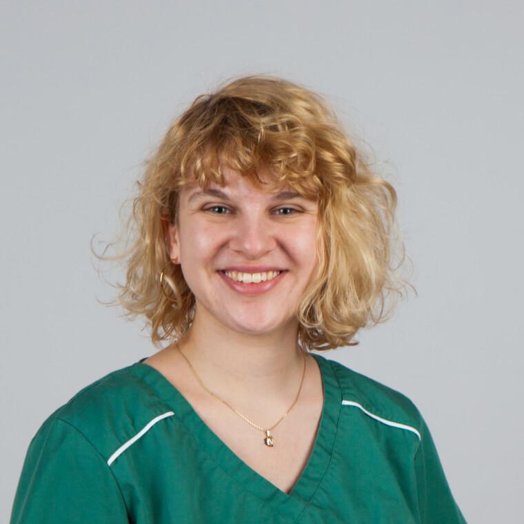 Miriam Greipl in der Zahnarztpraxis in Bogen